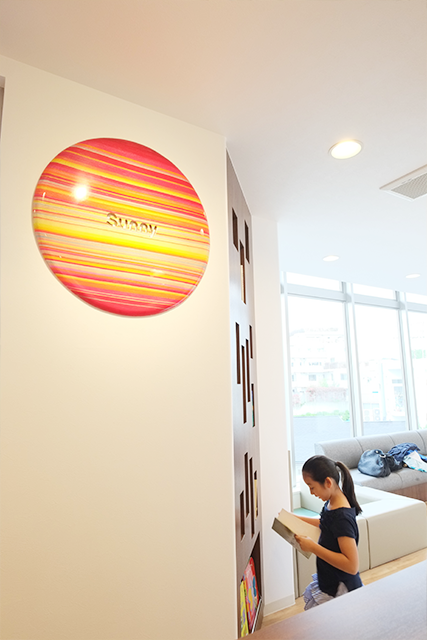 待合室とロゴ