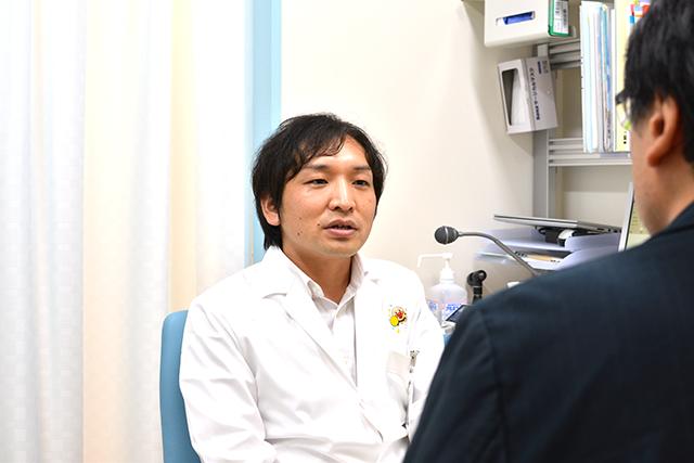 おねしょについてのインタビューを受ける久保田先生